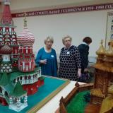 Слева преподаватель колледжа, выпускница 1956 года Т.П. Максимовская.