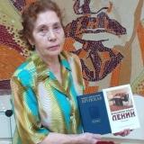 Выпускница 1958 года Лидия Васильевна Винокурова дарит музею книги о В.И. Ленине и Н.К. Крупской, июль 2019 года.