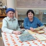 Выпускница 1960 года Мая Евгеньевна Дмитриева и библиотекарь Галина Владимировна Федотова в музее, апрель 2019 года.