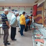 Экспонаты преподавателя Рямзии Юсуповны Кузнецовой привлекли внимание выпускников 1976 года.