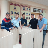 Студенты группы Т-21 собирают новые витрины во время производственной практики по деревообработке, июнь 2019 года.