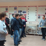 Перед группой М-41 экскурсию ведет Руслан Киямов.