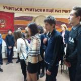 Ирина Шепелева ведет экскурсию перед учениками 9-х классов школы-интерната № 26.