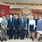 Ученики 9 В класса школы № 57 и их классный руководитель Т.П. Малеева.