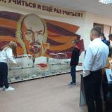 Тамара Агафонова подробно объясняет и показывает экспонаты советского периода.
