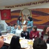 Заместитель директора по учебной работе Н.Ю. Красильникова награждает члена Совета музея З.К. Мусееву.